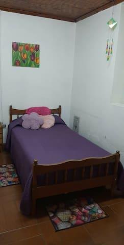 Habitacion privada en casa familiar, MOLINA