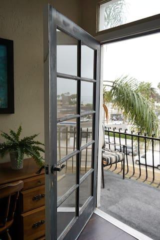 Chic Ocean View Apartment w/ balcony