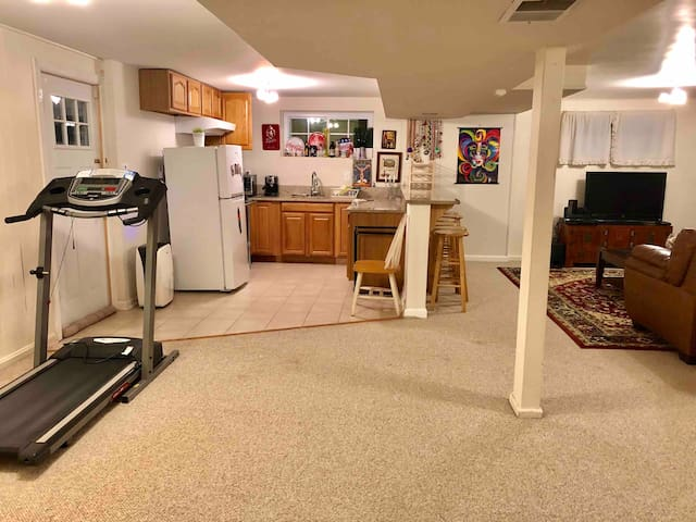 Spacious private w/kitchenette nr NIH Walter Reed