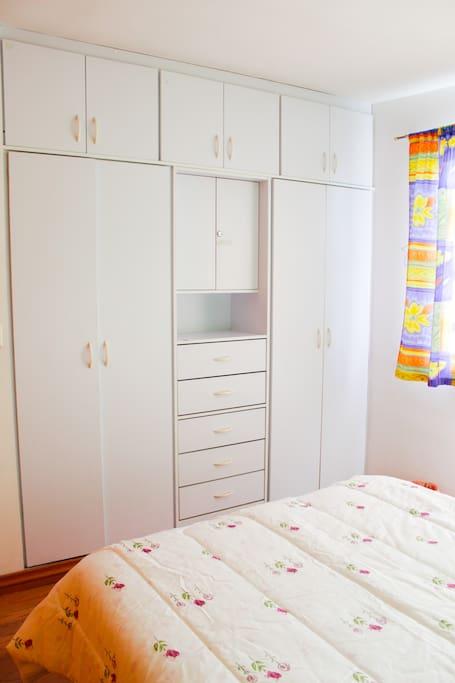 Cuenta con amplio closet con ganchos para tu ropa. La ventana es grande y permite iluminar y ventilar la habitación.