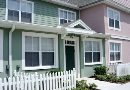 3 Bed Townhouse on gated community in Kissimmee.