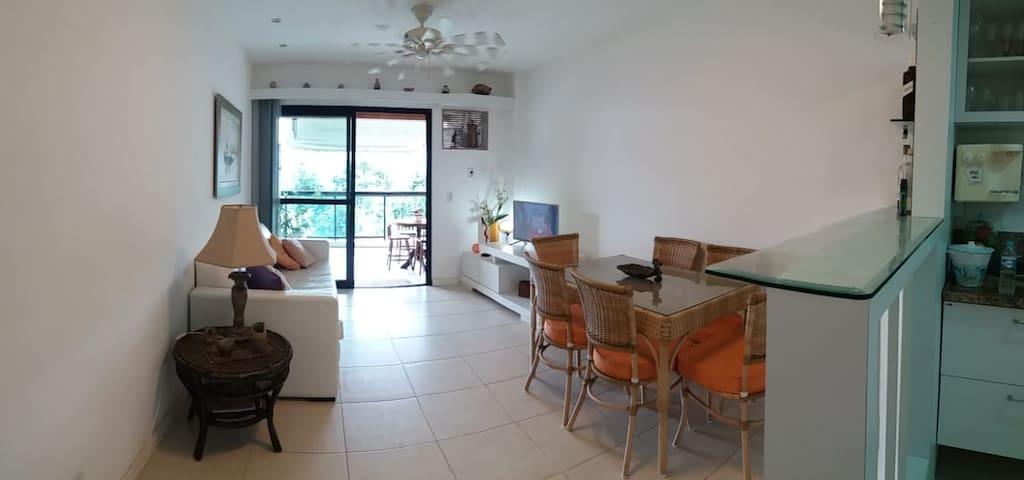 Sala do apartamento com vista para enseada da Sororoca, Ilha Grande e Ilha da Sororoca