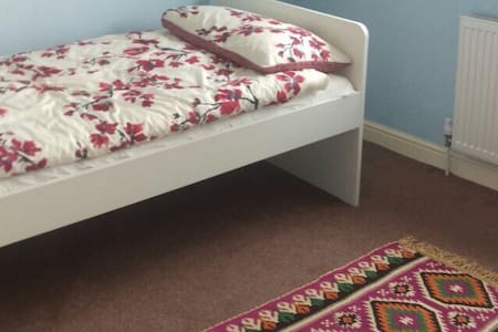 Single bed in quiet cul de sac near A41