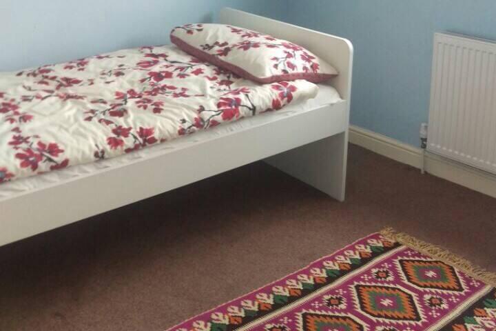 Single bed in quiet cul de sac near A41