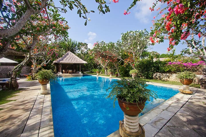 Luxurious Garden Villa, 10' to white sand beach
