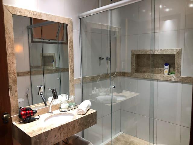 Banheiro da suíte um  e apoio da semi suíte.  Secador, água pressurizada a gás e elétrico. Segundo piso