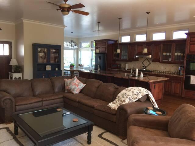 Spacious 3 Bedroom Modern Home w/2 Master Suites - San Luis Obispo - Ev