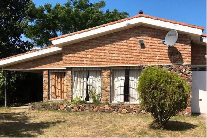 Cálida y cómoda casa en Solymar con Direct TV.