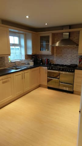 NEW! Large ENSUITE room in lovely town house - Blunsdon Saint Andrew - House