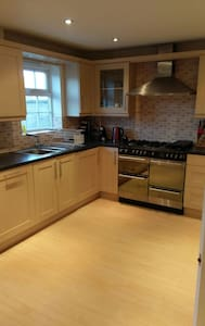NEW! Large ENSUITE room in lovely town house - Blunsdon Saint Andrew - Casa