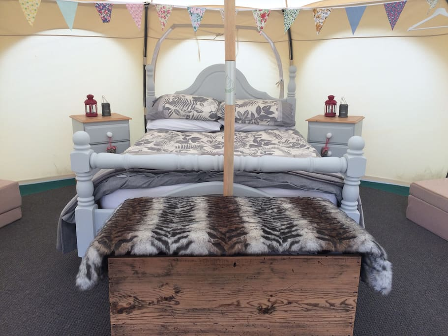 Inside the tent there is a double bed and 2 floor mattresses, all with bed linen provided. A chest of drawers, seat, blanket box, led lighting and a warm carpet.