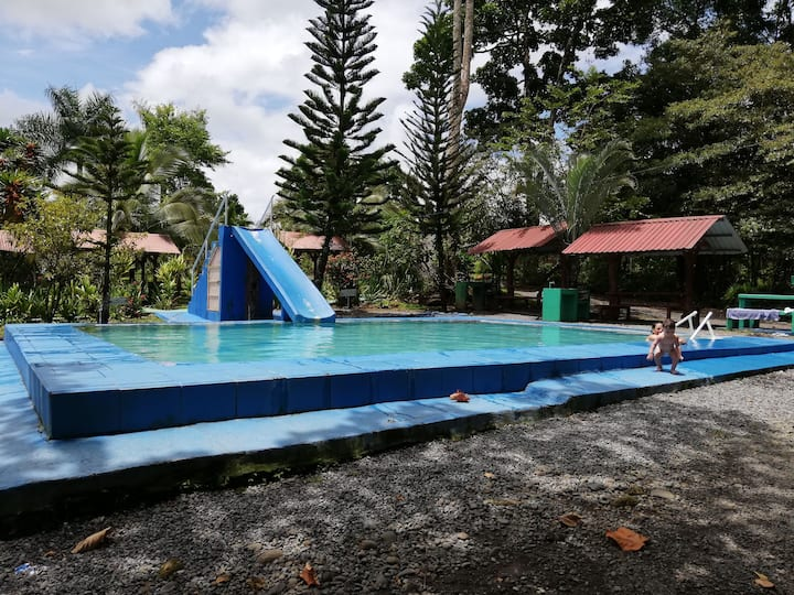 Cabina equipada en Guápiles con piscinas.