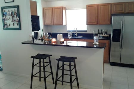 2bedroom, walk to beach & shopping! - Naples