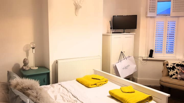 Light, spacious room in center of Cardiff