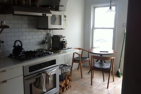Cozy room in artsy Bushwick home - Queens - House