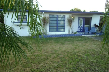 Frugal Florida getaway for golfing, fishing & fun! - Port Charlotte - House