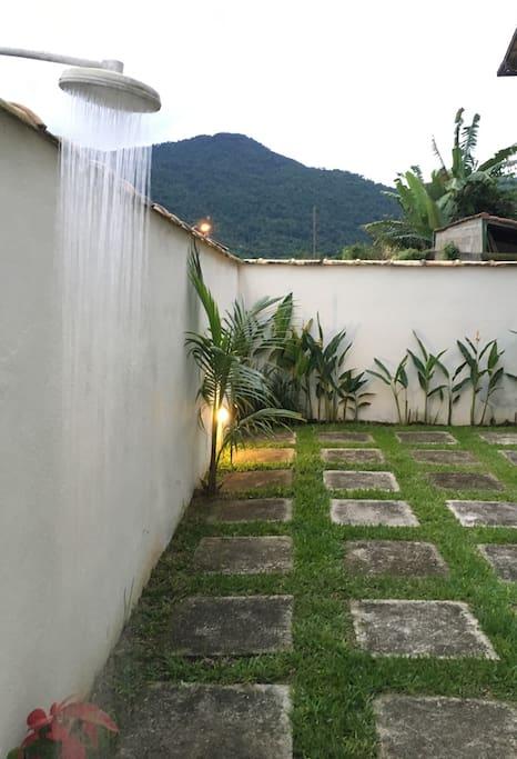 Jardim espaçoso e ducha pra refrescar