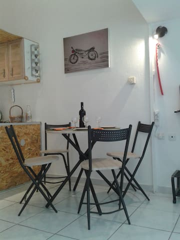 Eleftherios The Cat studio 6 min from the Airport