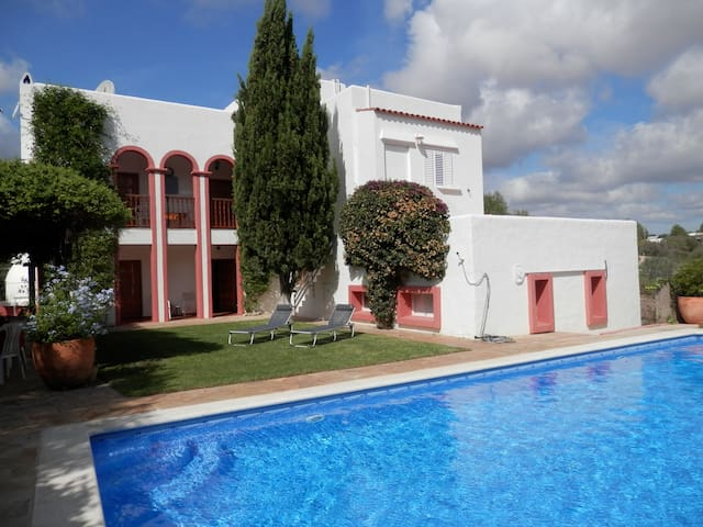 Fantastic family villa with pool in a quiet area