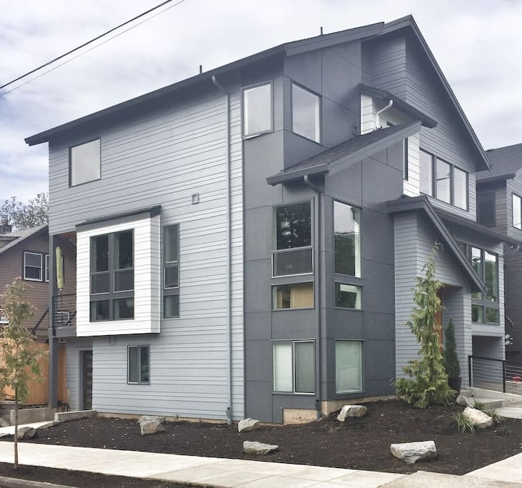 Your private apartment has a private entrance. Park right in front! Quiet in the city but close enough to all of Portland's popular districts, neighborhoods and sights.