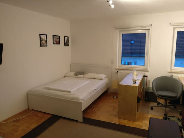 Centrally Located, Large Bed & Full Kitchen - Nürnberg - アパート