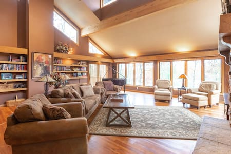 The Lodge: Incredible Retreat on North Pipe Lake