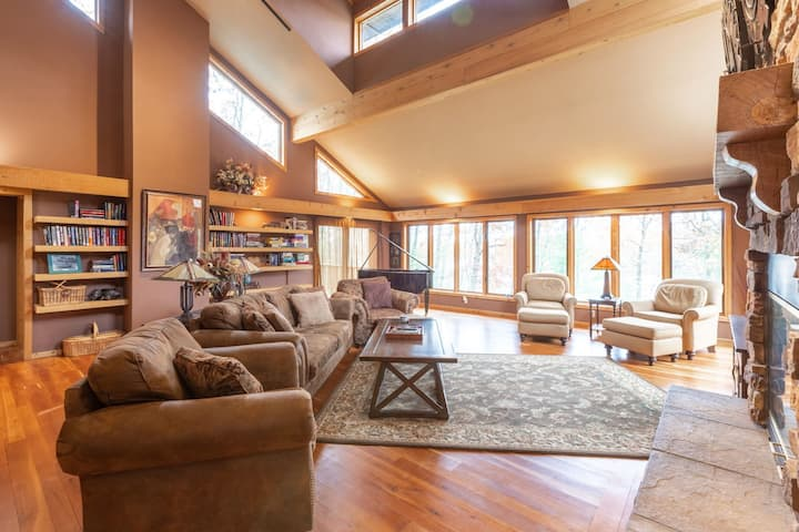 Gorgeous Pipe Lake Retreat: Wooded, Spa, Sleeps 10