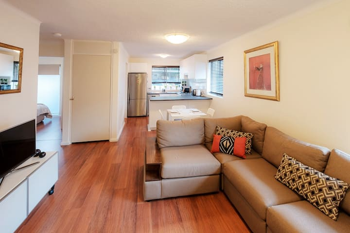 Sunlit and Stylish Apartment in Central Dee Why