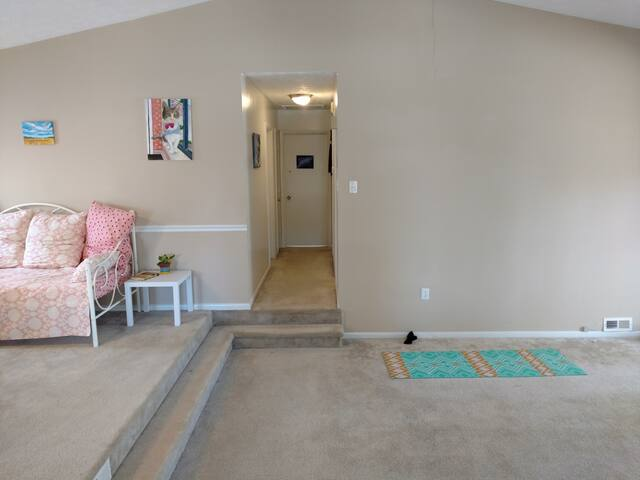 Cozy room with friendly house cat - 3 Min off Post - Fayetteville - Huis