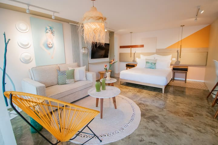 Modern studio with queen size bed, kitchenette, and full bathroom in downtown La Paz.
