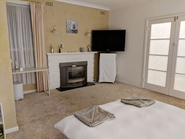 Huge private room in South East suburbs