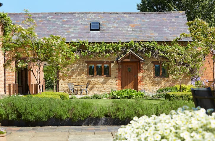 Lovely cottage nr Cotswolds Distillery