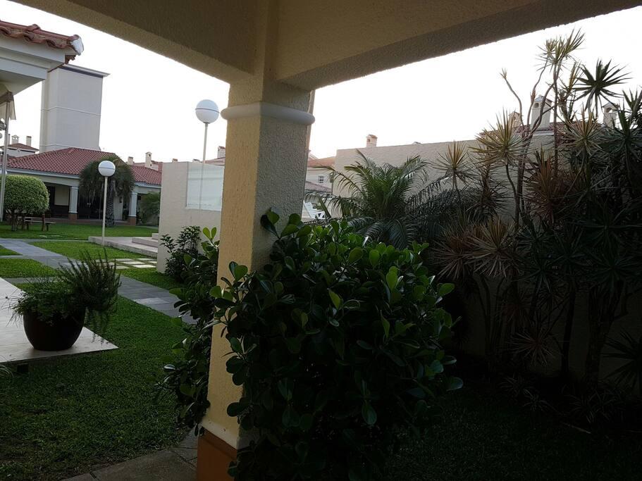 Acesso ao pátio e centro de convivência da Vila.