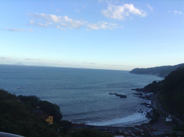 オープン記念の特別料金ー太平洋が一望、広いベランダ、温泉大浴場・サウナ・ジム付きリゾートマンション - Itō-shi