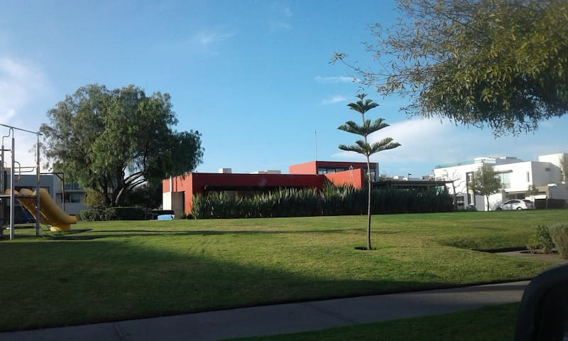 Casa, cuartos Solares, frente a Tec Mty Campus Gdl - Zapopan - Dům