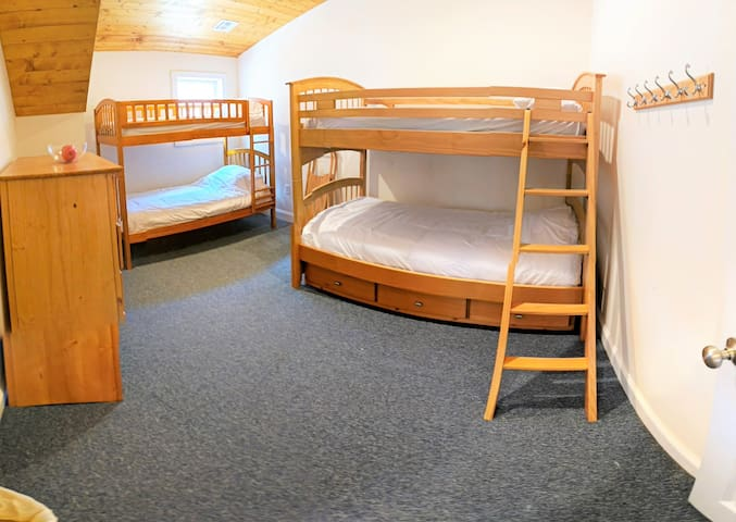 3rd floor bedroom with 2 bunk beds (sleeps 4)