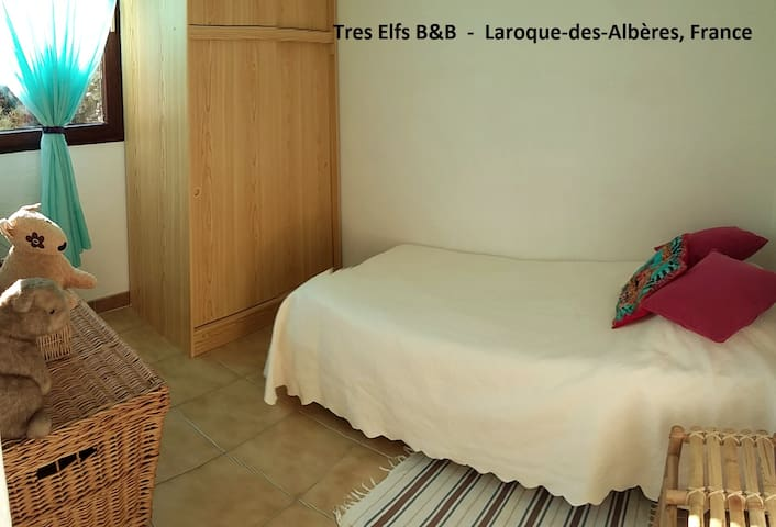 Room 2, single bed for 2nd or 3rd guest - chambre supplémentaire adulte ou enfant