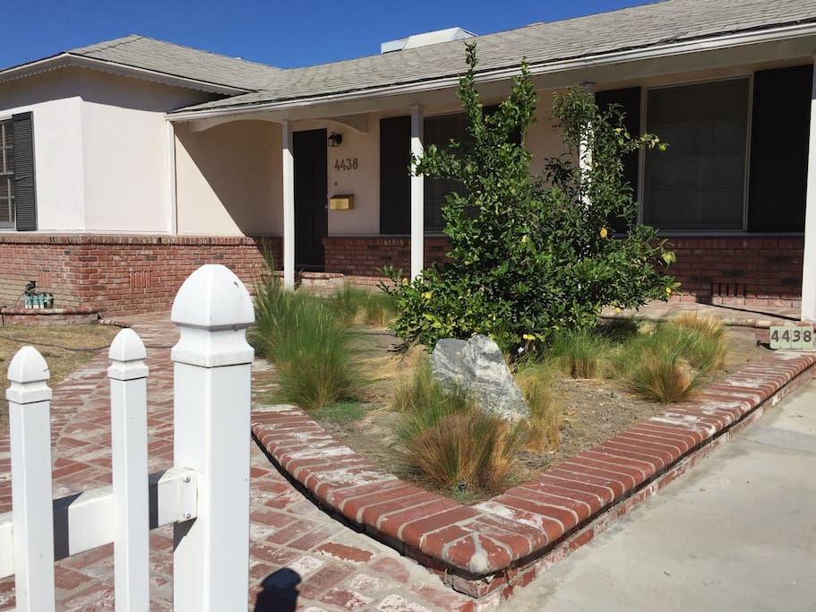Look for the white picket fence houses for rent in for Beach house look