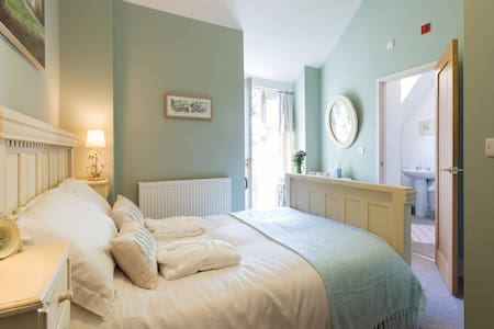 Luxurious double en-suite above award-winning Pub - Horsley - Gästhus