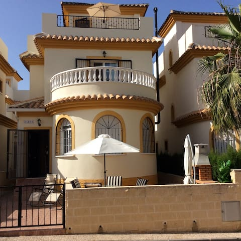 Quiet and secluded Villa Urbanisation La Marina