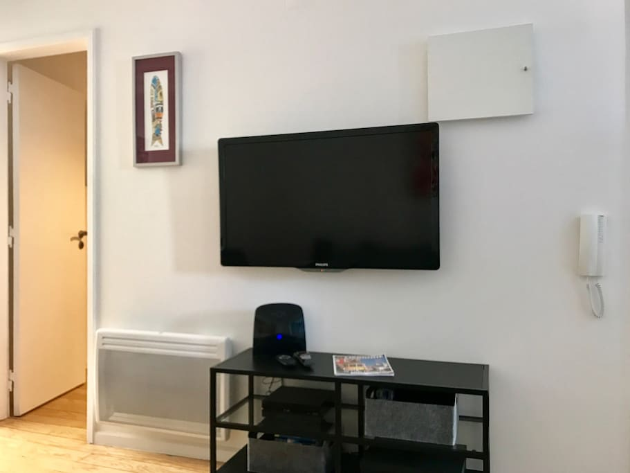 """Living room with large TV LCD 42"""", free WIFI and heater - Séjour avec grand TV écran 42"""" WIFI gratuit et radiateur"""