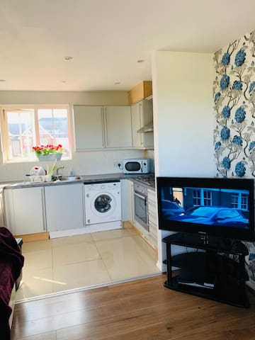 Bright 2 bed House in central location
