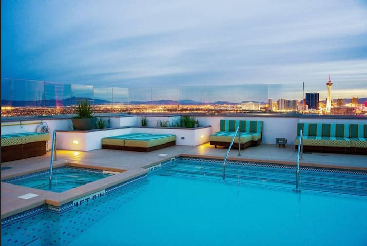Modern & Cozy 2BR 2BTH condo in downtown Vegas!