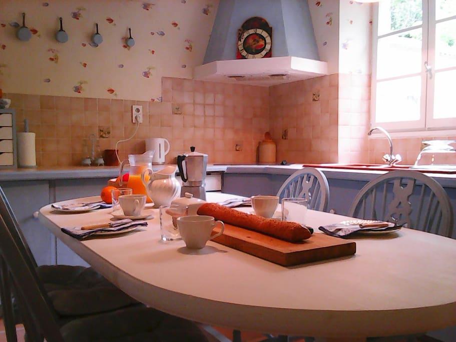 Cuisine/Salle à Manger. Kitchen/Dining Room.