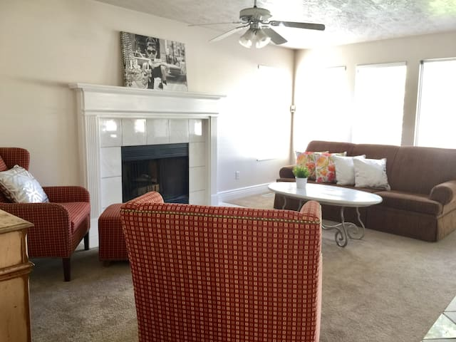 Beautiful Large Vacation Home close to everything! - South Jordan - House