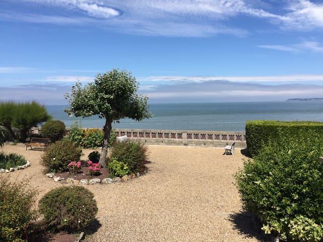 loue petit appartement devant la mer