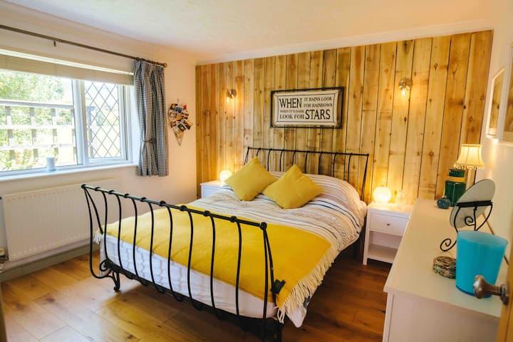 Romantic Cottage, Wood Fired Hot Tub, Log Burner.