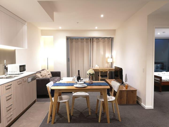 CBD 2-Bedroom Apartment with Spcious Balcony #2