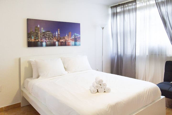 SoBe 1bedroom with FREE PARKING