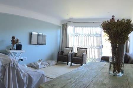 Spacious Ground Floor Apartment close to Beach - Cape Town